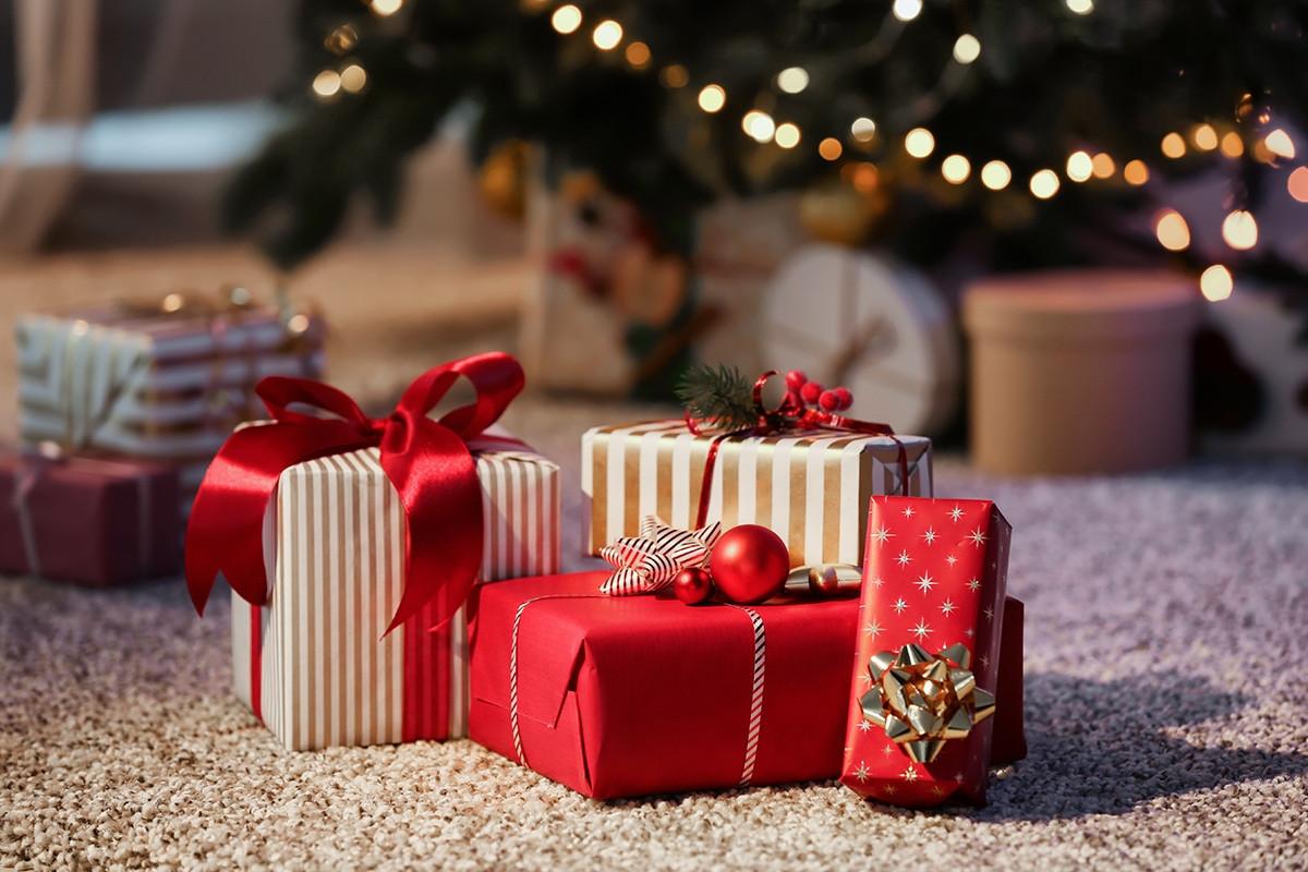 Seulement quelques jours nous séparent des célébrations de fin d'année. À tous ceux qui sont déjà prêts à accueillir famille et amis et pour qui tous les cadeaux se retrouvent sous le sapin, on vous lève notre chapeau!  Et à tous les autres, ne vous en faites pas. On est convaincus que la magie des fêtes déploiera ses pouvoirs et vous aidera à arriver à Noël dans les temps!  On vous donne une longueur d'avance dans votre course aux cadeaux en vous proposant des idées de présents à offrir à vos proches, quels que soient leurs intérêts. C'est parti!